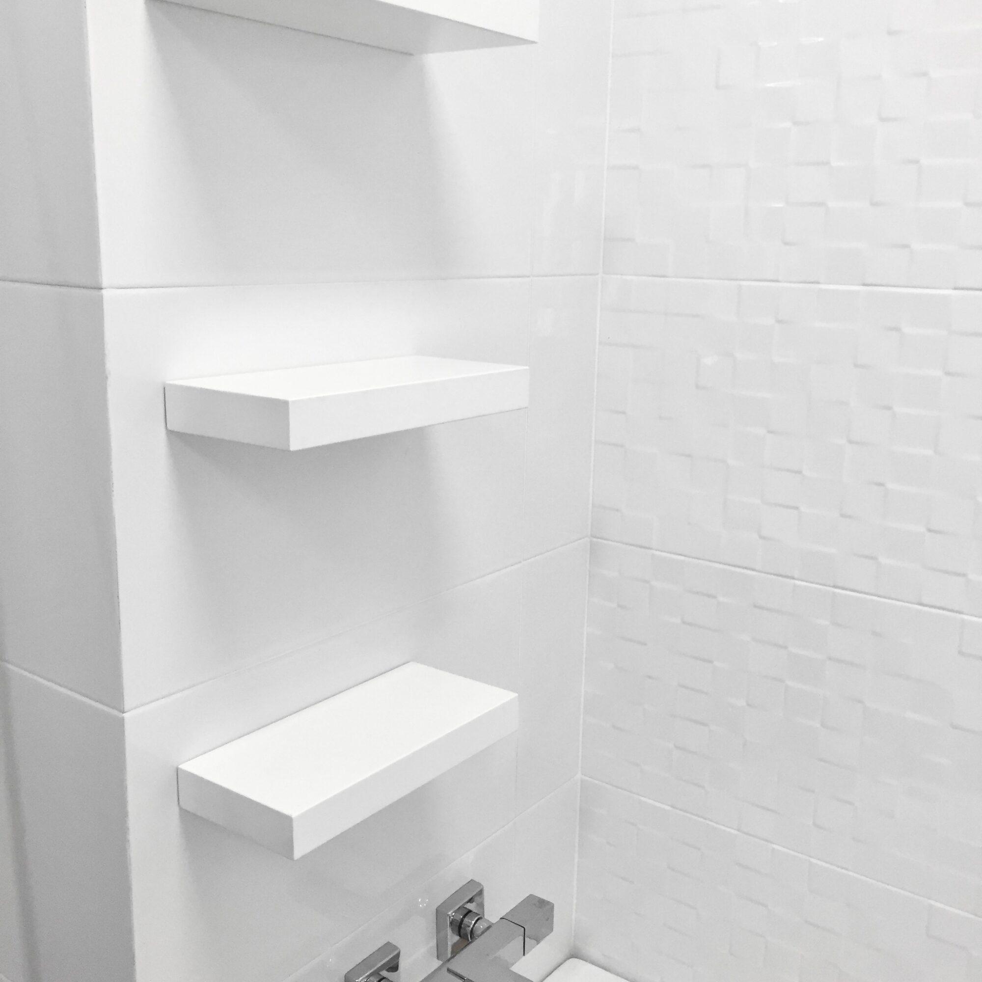 Белые МДФ полки в ванную