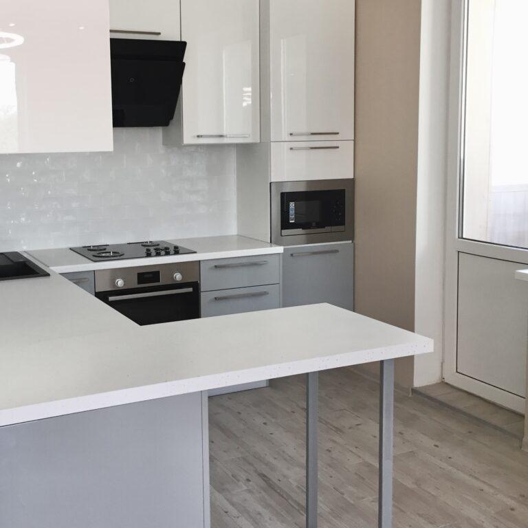 Кухня под заказ в Киеве в сером и белом цвете