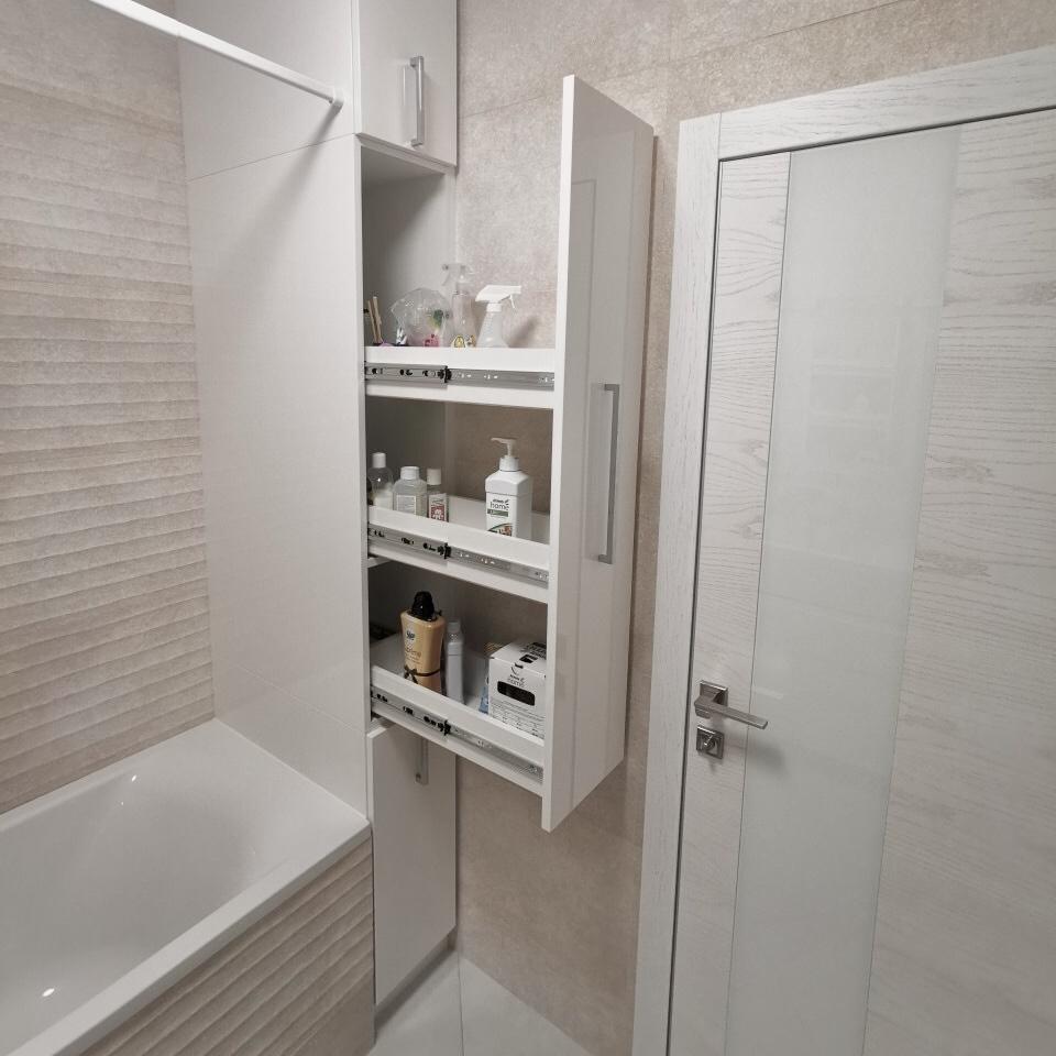 Пенал в нише в ванную комнату