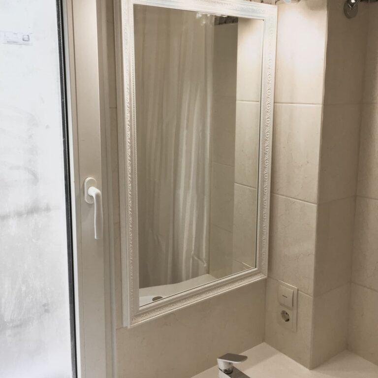 Мебель в ванную возле окна