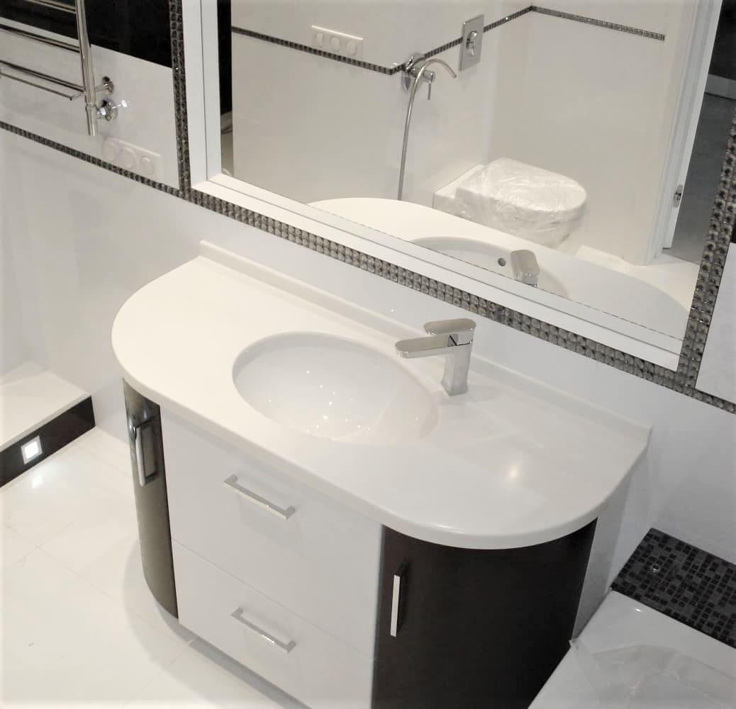 Радиусная тумба в ванную со столешницей на заказ