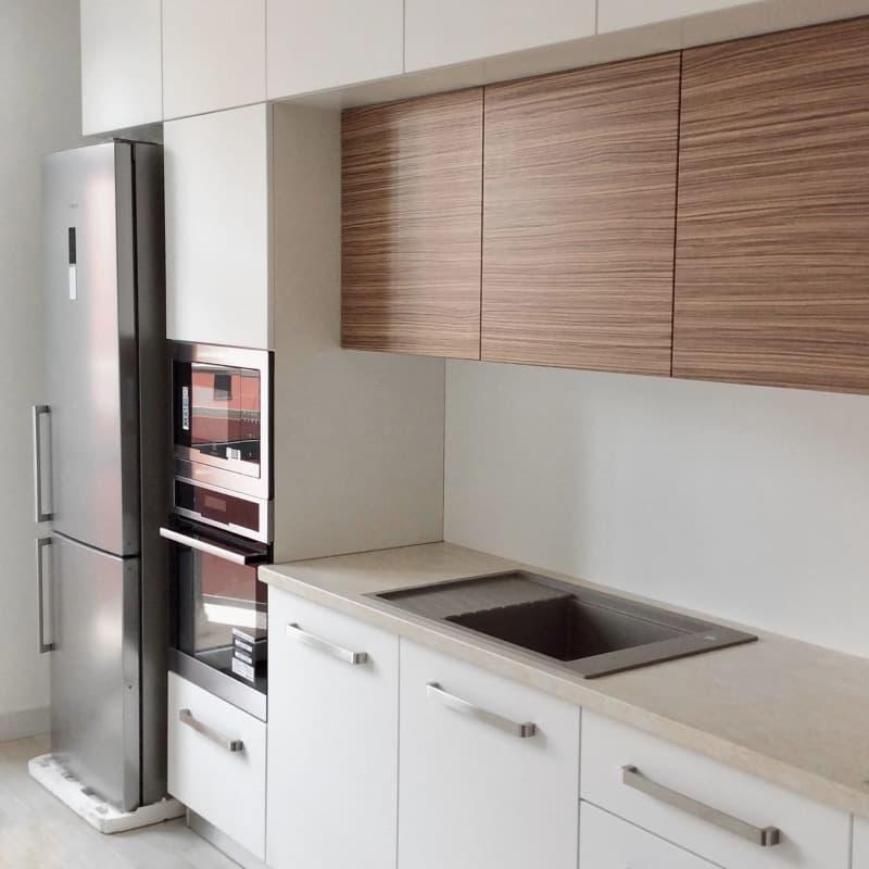 Кухня на заказ белого цвета с деревянными фасадами