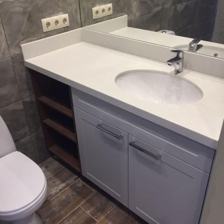 Тумба в ванную с серыми фасадми и открытыми полками